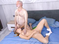 Старый член трахает молодую телку в рот и в пизду
