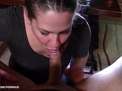 Женщина истекает соком сидя пиздой на стоячем стволе