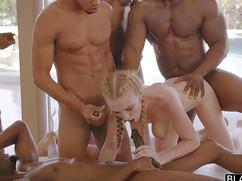Толпа негров кончает в блондинку в конце групповой ебли