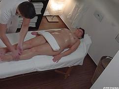 Мужчина трогает интимные места зрелой женщины на массаже
