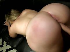 Трахает зрелую женщину блондинку твердым стоячим шлангом