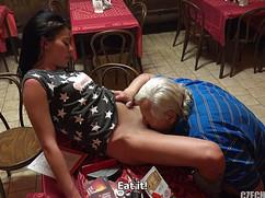 Старик трахается с молодой сексуальной брюнеткой